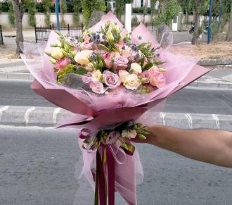 Karışık gül buketi mevsim çiçekleri ile