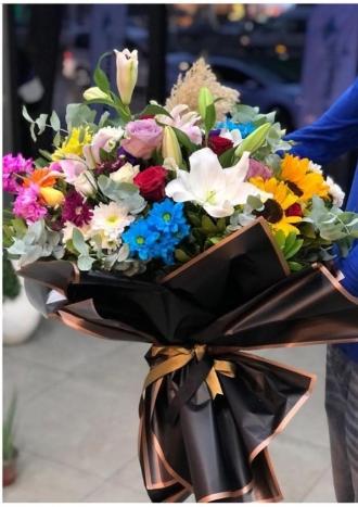 Karışık  mevsim çiçekleri ile gül buketi