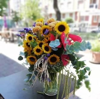 Cam vazoda Ayçiçeği ve mevsim çiçekleri
