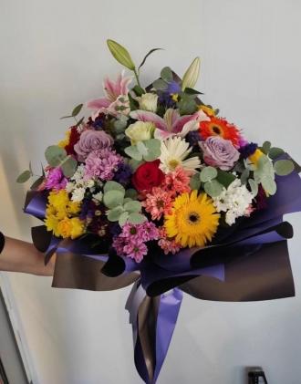 Mevsim çiçekleri ve gül buketi
